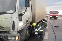 Na rychlostní silnici R55 u Hulína hořelo v pondělí ráno nákladní auto. Uhasit ho zvládl sám řídič.