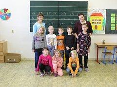 Třída dětí z letošní první třídy Základní školy Střílky se zastupující paní učitelkou Mgr. Martou Prachařovou