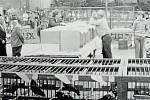 RYMICE, NA VÝSTAVĚ. Fotografie z 80. let zachycuje výstavu chovatelů drobného zvířectva v areálu obecního úřadu.