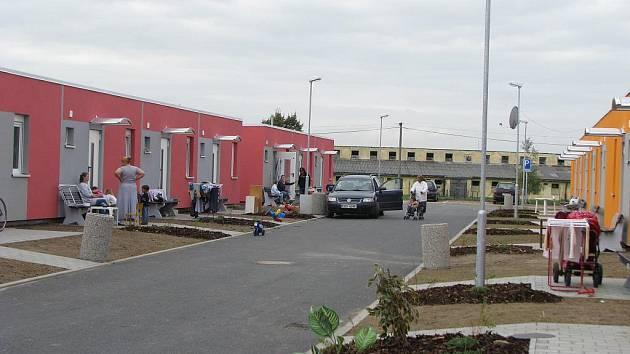 Do obytných modulů v Bořenovské ulici (na snímku) město přestěhovalo problémové obyvatele tamní ulice Školní. V řadě případů ale opět řeší potíže s nájemným.