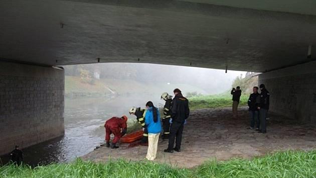 U pilíře hlavního kroměřížského mostu přes řeku Moravu se našel utonulý devětatřicetiletý muž.