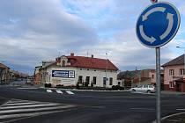 Nový kruhový objezd v Bystřici pod Hostýnem plní účel. Doprava je v místě pomalejší a řidiči nemusí tápat na nepřehledné křižovatce.