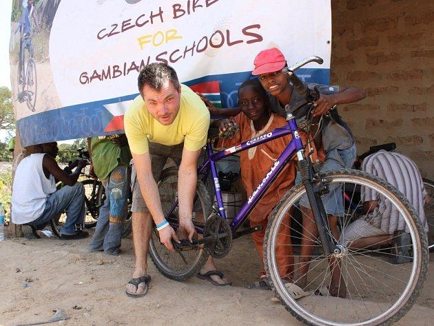 Do Gambie, nejmenší země Afriky putovalo v minulých dnech po moři 351 kol z celé České republiky včetně těch z Kroměříže.