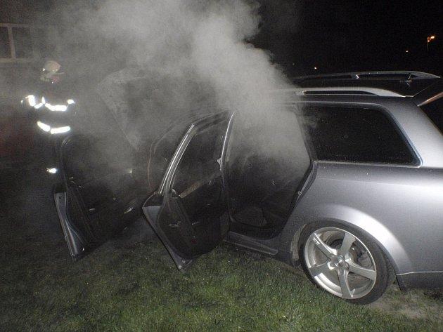 Požár zničil přední část auta