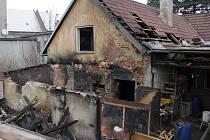 Hasiči museli v pondělí 22. prosince v Komárnu hasit požár přístřešku, který se rozšířil i na okolní objekty.