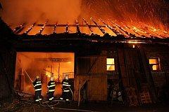 Rozsáhlý požár zachvátil stáj pro koně a stodolu v Hulíně.