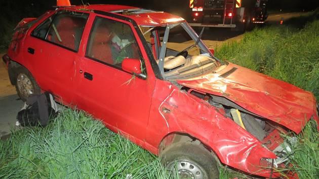 Nehodu Škody Felicia museli v noci na čtvrtek 7.5. řešit policisté mezi Kroměříží a Lutopecnami. Auto se při ní několikrát převrátilo na střechu a zpět, řidič pak z místa utekl.