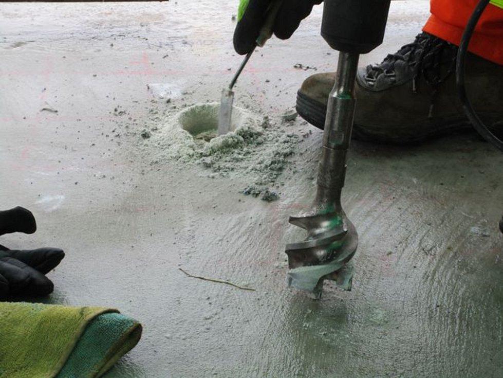 Se zpožděním v pondělí 12. března odborníci z Ústavu betonových a zděných konstrukcí stavební fakulty Vysokého učení technického v Brně (VUT) odebírali vzorky z lávky pro pěší přes Moravu v Kroměříži. Kvůli nepříznivému počasí se k tomu dostali až měsíc