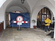 Uzavírka kroměřížské Lennonovy uličky je kvůli opravám chodníku nutná. Může se však protáhnout až do 22. prosince.