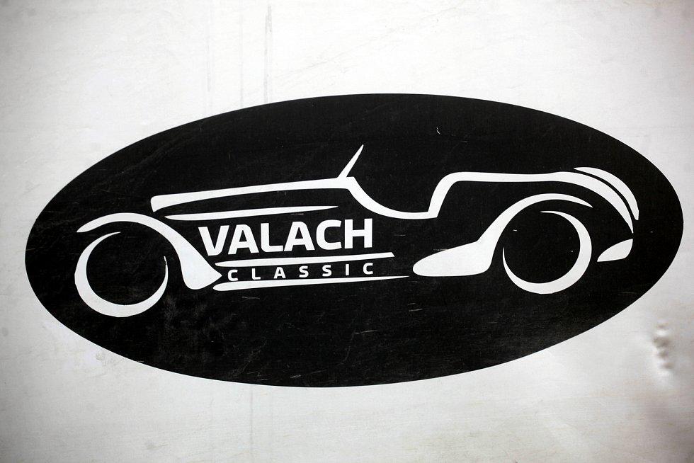 Logo firmy si Jiří Valach navrhl a nakreslil sám.