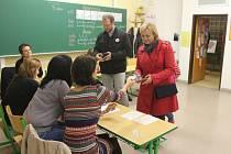 Kandidátka na post senátora Šárka Jelinková za KDU-ČSL dorazila k volbám v pátek v podvečer. Svůj hlas vhodila do urny v bystřické základní škole Bratrství Čechů a Slováků.