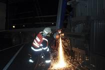 Havarovaný kamion nadělal v pondělí 21. listopadu odpoledne starosti hasičům v Bystřici pod Hostýnem, zásah jim navíc komplikoval silný vítr.