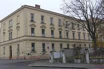 Zchátralá a po odchodu armády opuštěná budovu na Hanáckém náměstí v Kroměříži.