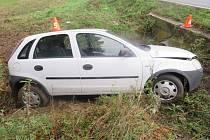Policisté v neděli řešili rovnou dvě dopravní nehody. Zatímco pětadvacetiletý řidič neodhadl své síly a vyletěl ze zatáčky, v druhé nehodě havaroval opilý cyklista.
