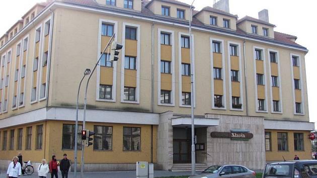Kroměřížská kavárna Slávia je od zaří 2011 zavřená. Kroměřížská radnice vypsala výběrové řízení na pronájem prostor.