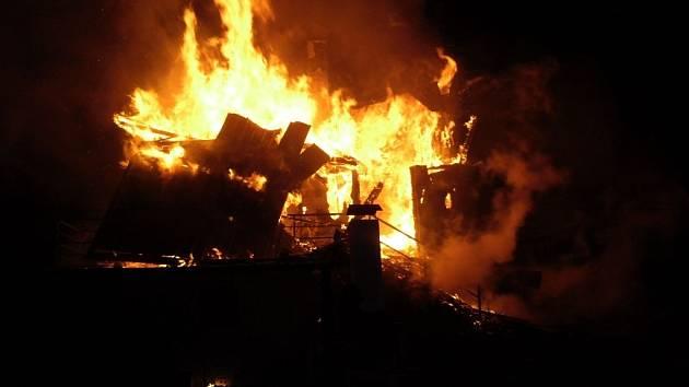 Požár chaty nad osadou Vičanov v Hostýnských vrších
