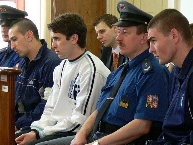 Chvilka napětí. Osud rumunských zedníků verdikt kroměřížského soudu rozdělil. Zatímco Tudorela Burgheleu (uprostřed v bílém) senát zprostil viny, Gheorghe Bojoaga (vlevo) a Ionut Furtuna odešli s nepodmíněnými tresty.