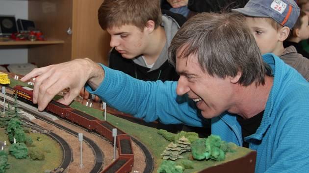 Už bezmála třicet let se Miroslav Pospíšil věnuje železniční modelařině.