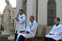 Na Mariánském dvoře v areálu Arcibiskupského gymnázia Kroměříž požehnal v pátek 8. října 2010 olomoucký arcibiskup Jan Graubner sochu Panny Marie Neposkvrněné.