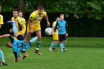 Rezerva fotbalistů Skaštic v 7. kole okresního přeboru porazila doma Břest (ve žlutém) 3:0.
