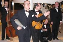 Známý swingový zpěvák Ondřej Havelka se svou kapelou Melody Makers v kroměřížském Kulturním domě.
