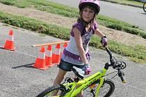 Akce Na kole jen s přílbou nabídla v na hřišti holešovské 1. Základní školy ve středu dětem zkoušku zručnosti, kontrolu kola a přilby a také si zkusily resuscitaci a první pomoc.