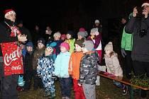 Obyvatelé sídliště Slovan v Kroměříži si o poslední adventní neděli už potřetí připravili společné předvánoční setkání spojené se zdobením stromečku a zpíváním.
