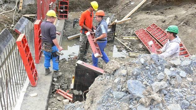 V plném proudu jsou v těchto dnech práce na stavbě nového mostu u obce Troubky.