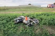Srážku, při níž se zranil senior na motorce, zavinil nejspíš mladší řidič