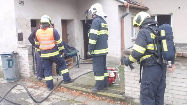 Příčinou nedělního požáru rodinného domu byla závada na elektroinstalaci bojleru. Naštěstí během něj nedošlo k žádnému zranění.
