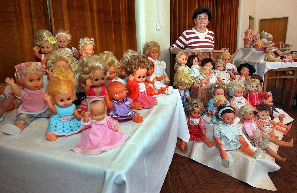 Jarmila Maňásová představuje v kulturním domě v Sehradicích svou soukromou sbírku asi 800 panenek. Vernisáž výstavy se uskuteční ve čtvrtek 10. února.