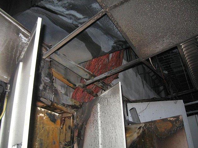 Rozsáhlý požár supermarketu v centru Holešova.