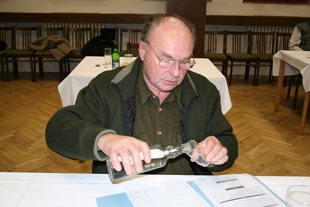 Všech jednatřicet vzorků ochutnal i porotce Rudolf Zabil z Lipiny.