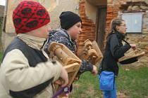 Kluci i dívky s řehtačkami, klepači a různými hrkačkami procházejí od čtvrtečního večera obcemi na Kroměřížsku.