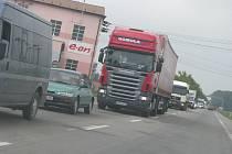 Cesta z Hulína do Kroměříže a zpět bývá denně v dopravní špičce ucpaná stovkami aut. Situace trápí jak obě města, tak samozřejmě také řidiče a navíc i obyvatele, kteří v Hulíně musí denně snášet obrovský nápor aut.