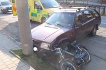 Střet osobního auta s babetou skončil těžkým zraněním pětašedesátiletého řidiče mopedu. K nehodě došlo v pátek 2. května v Kroměřížské ulici ve Zdounkách.