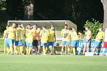 Fotbalová rezerva Kvasic (ve žlutém).