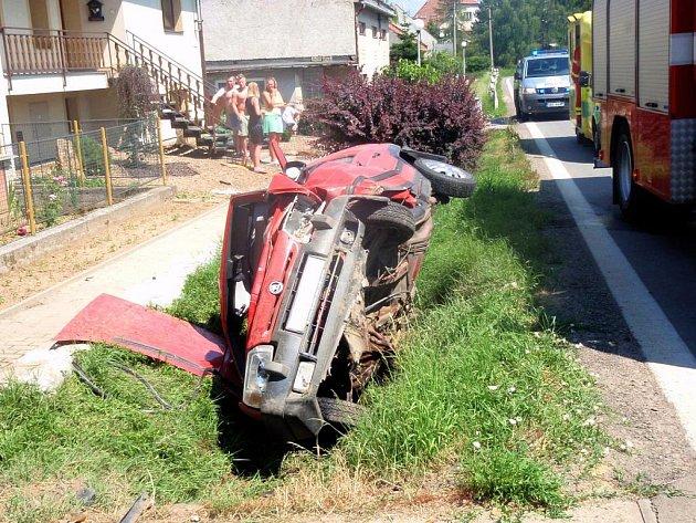 Řidiči nezvládl jízdu a s vozem havaroval do příkopu u prvních domů obce Bezměrov.