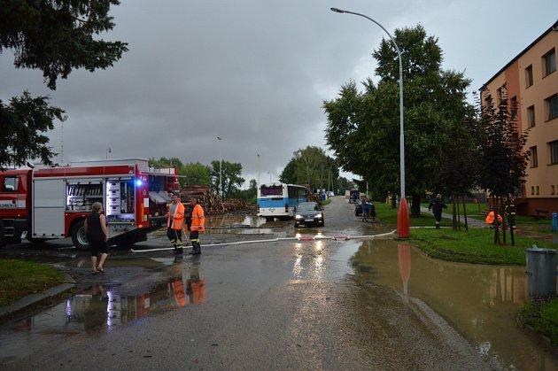 Ve Zdounkách po nedělní bouřce a přívalových deštích odčerpávali vodu zněkolika domů, odklízeli také spadlý strom a zasahovali při úderu blesku do jednoho ztamních domů.