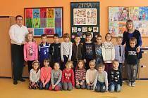 Tablo dětí z letošní třídy 1.B ze Základní školy Chropyně s třídní učitelkou Vladimírou Rozsypalovou a ředitelem Mgr. Milanem Bajgarem