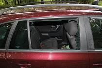 Zloděj vykradl v úterý auto houbařům u Rajnochovic: rozbil pravé zadní okno a ukradl dámskou kabelku, čímž způsobil škodu za bezmála pět tisíc a poškozením okna za další dva tisíce korun,