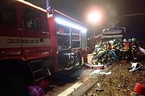 Na dálnici D1 U Hulína se srazila dodávka se sypačem. Řidiče museli hasiči vyprošťovat