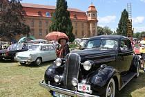 Do zahrad Holešovského zámku se v sobotu sjeli veteráni. Kromě nablýskaných historických aut a motorek návštěvnici viděli i přehlídku hasičské techniky.