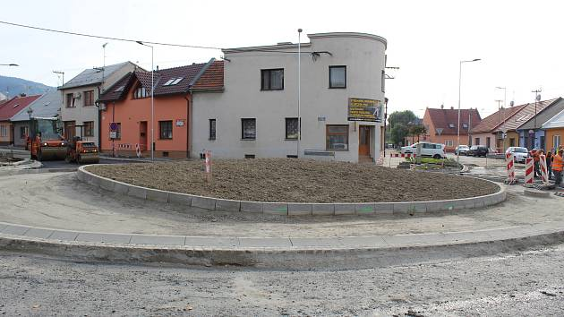 Kolaudaci nové kruhové křižovatky mají v Bystřici pod Hostýnem naplánovanou až na konec listopadu. Řidičům se však rondel otevře už po neděli.