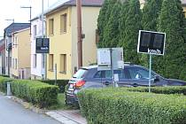 Při průjezdu Němčicemi může řidiče zaskočit rovnou několik radarů na jednom místě. Nejedná se však o zvýšenou kontrolu policie, ale o zkušební radary tamní firmy, která se jejich výrobou zabývá.