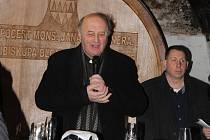 """Také letos uspořádaly kroměřížské arcibiskupské sklepy žehnání mladých vín. Zhostil se ho v pátek 17.2. olomoucký arcibiskup Jan Graubner a podívat se přijela řada osobností nejen ze Zlínského kraje. """"Především děkuji Bohu za dar vína stejně, jako za všec"""