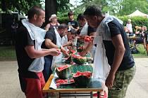 SOUTĚŽ DOSPĚLÝCH. Účastníci se do melounu pustili s elánem.