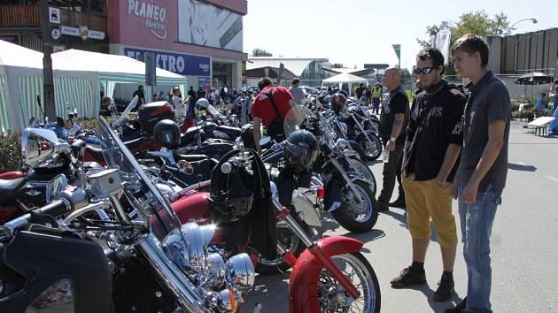 Na setkání motorkářů v Kroměříži přijelo přes stovku nadšenců. Program byl připravený pro děti i dospělé, ti mohli například soutěžit v jízdách zručnosti.