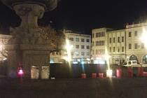 Svíčky pro Paříž poškodily v Kroměříži historickou kašnu