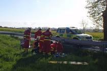 Nehodu motocyklisty řešili ve středu 20.4. ráno policisté a hasiči v kroměřížské místní části Vážany.